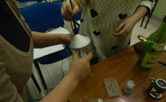 sacando huellas de un vaso